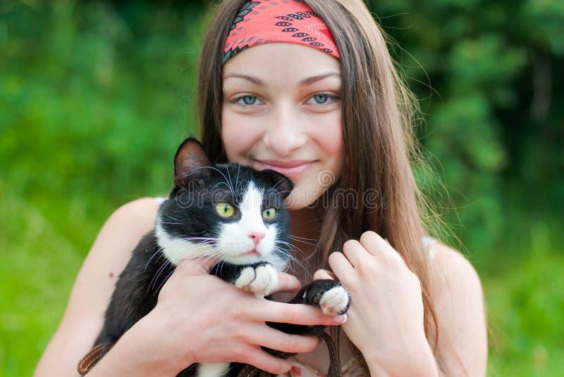 猫女孩愉快的藏品少年年轻人 免版税图库摄影