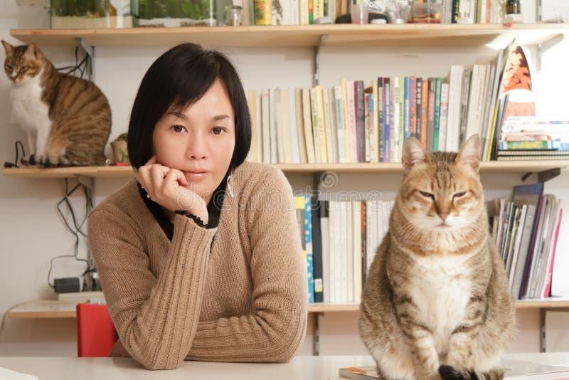 猫她的妇女 免版税库存照片