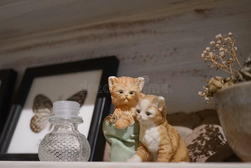 猫小雕象 一起使用两只的小猫缩样偏移 库存图片