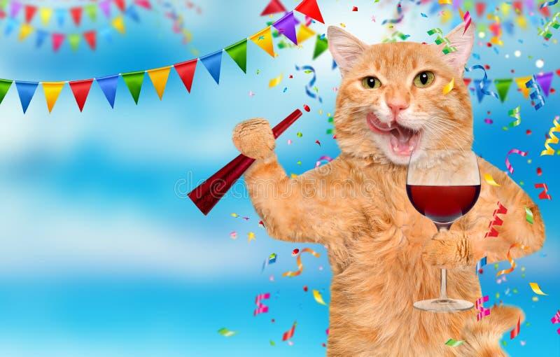猫拿着一杯酒 免版税图库摄影
