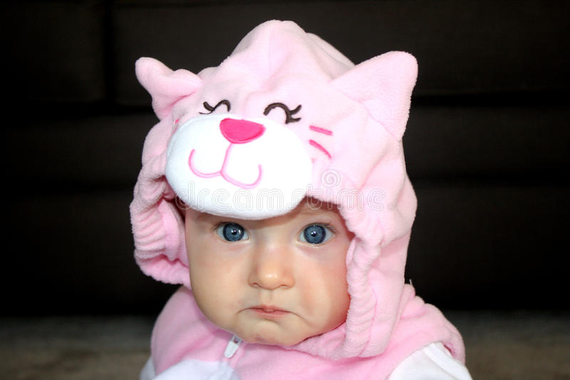 猫服装的女婴 免版税图库摄影