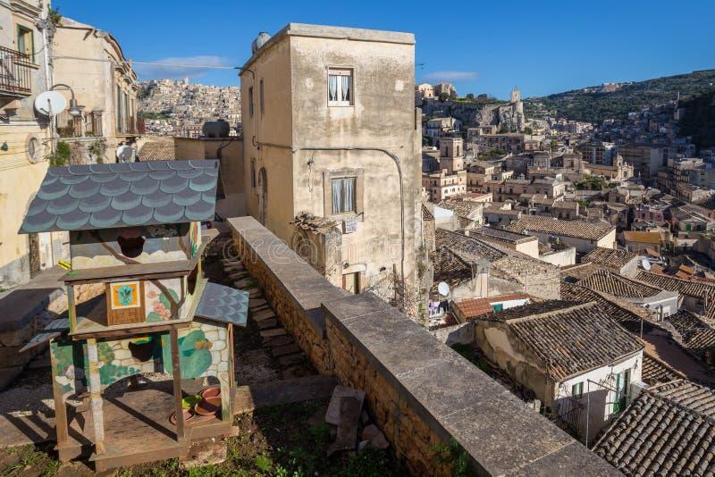猫村庄,猫的木风雨棚在莫迪卡,西西里岛,意大利 免版税库存照片
