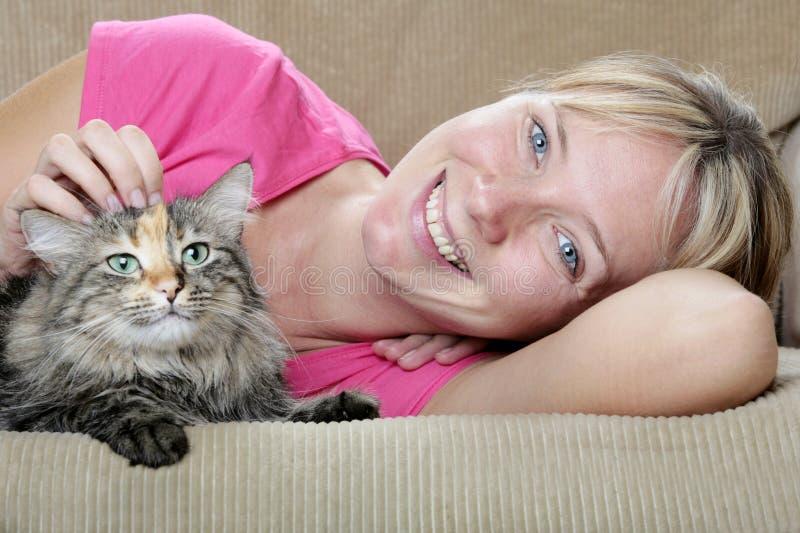 猫沙发妇女 免版税图库摄影