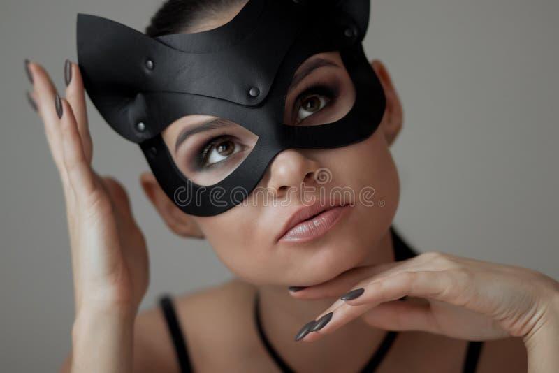 猫面具的深色的女孩 库存图片