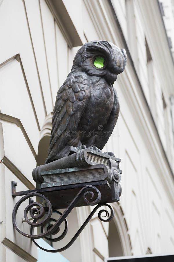 猫头鹰小雕塑  免版税库存照片