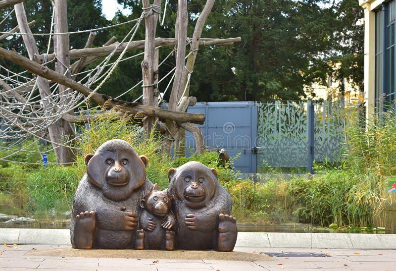 Download 猴子家庭的雕象 图库摄影片. 图片 包括有 查出, 雕象, 逗人喜爱, 女性, 开会, 动物园, 敌意 - 103089817
