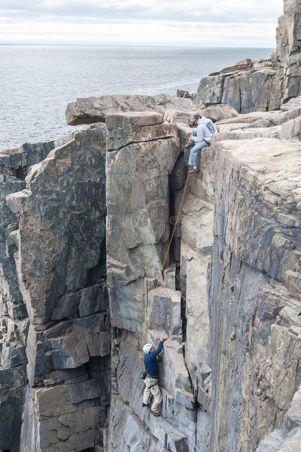 水獭峭壁的登山人在阿科底亚国家公园 免版税库存照片