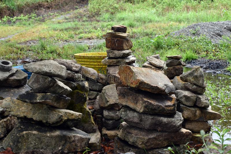 玄武岩石头在后院堆积的岩石堆为保持 免版税库存图片