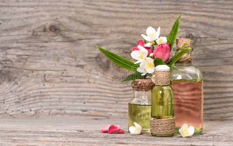 玉树茉莉花玫瑰开花在瓶的按摩油 库存照片