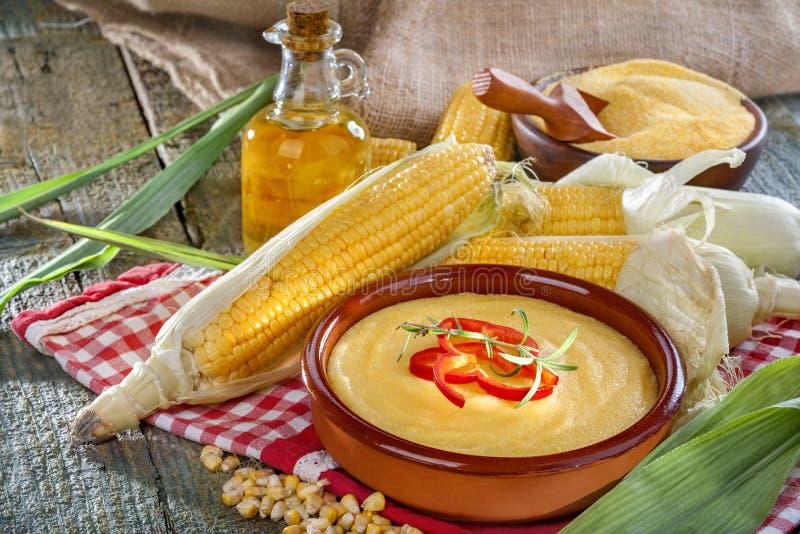 玉米、沙粒和玉米油 库存照片