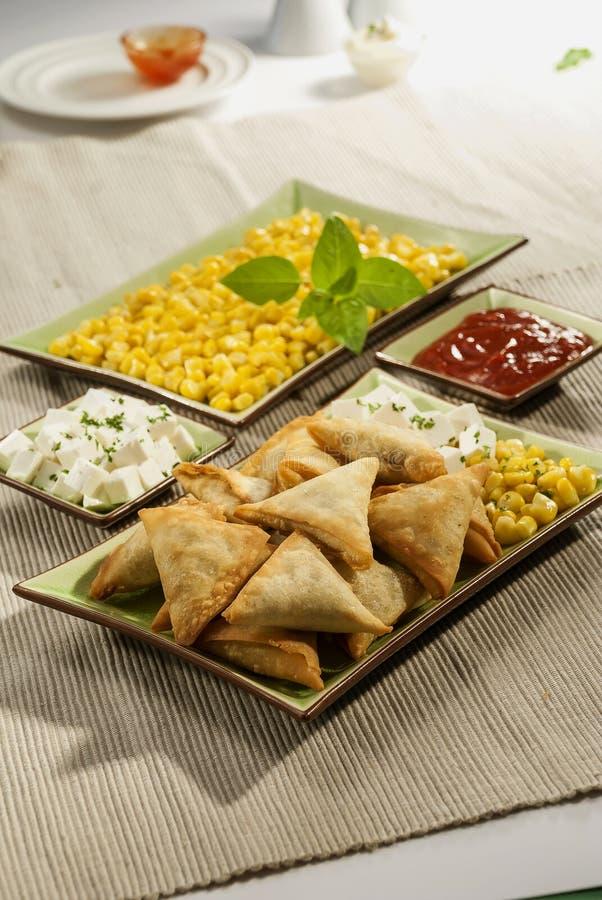 玉米与薄荷的垂度的乳酪samosa 免版税库存图片
