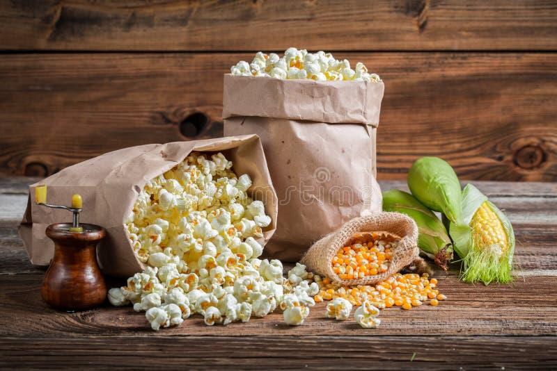 玉米和玉米花在土气版本 免版税库存图片