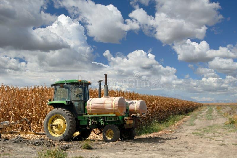 玉米天空拖拉机 免版税库存图片