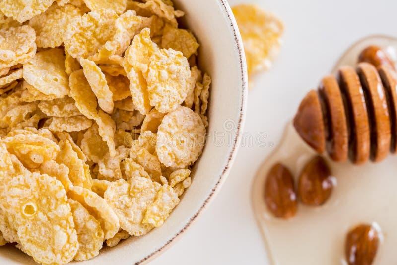 玉米片和牛奶和蜂蜜 免版税库存照片