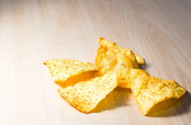 玉米片小片断在木桌上的 免版税库存图片