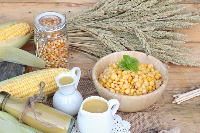 玉米的牛奶和可口新鲜的甜玉米的汁 库存照片