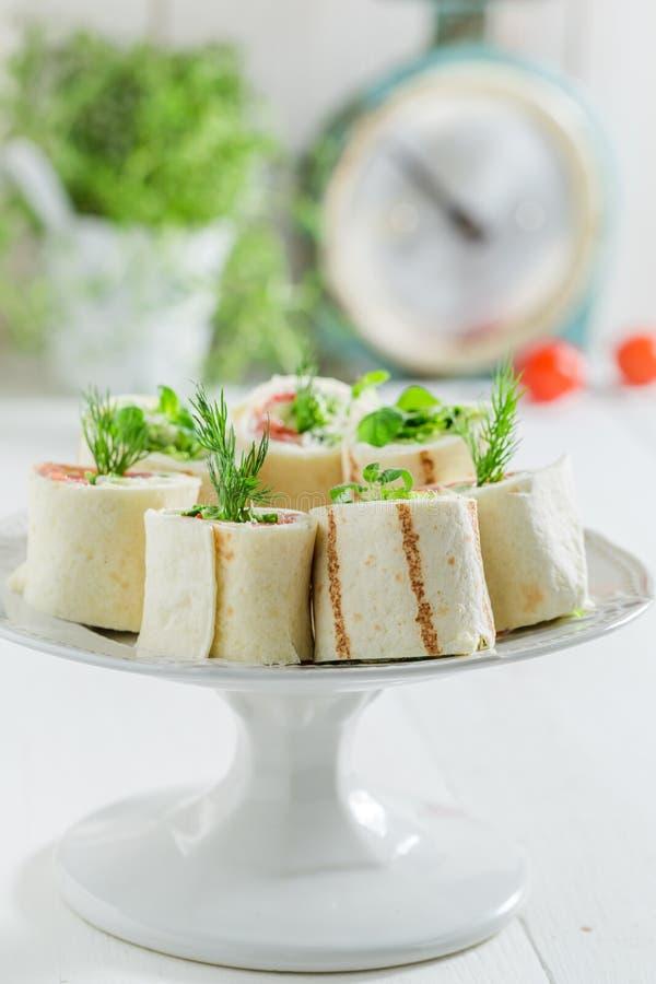 玉米粉薄烙饼特写镜头与菜和乳酪的 库存照片