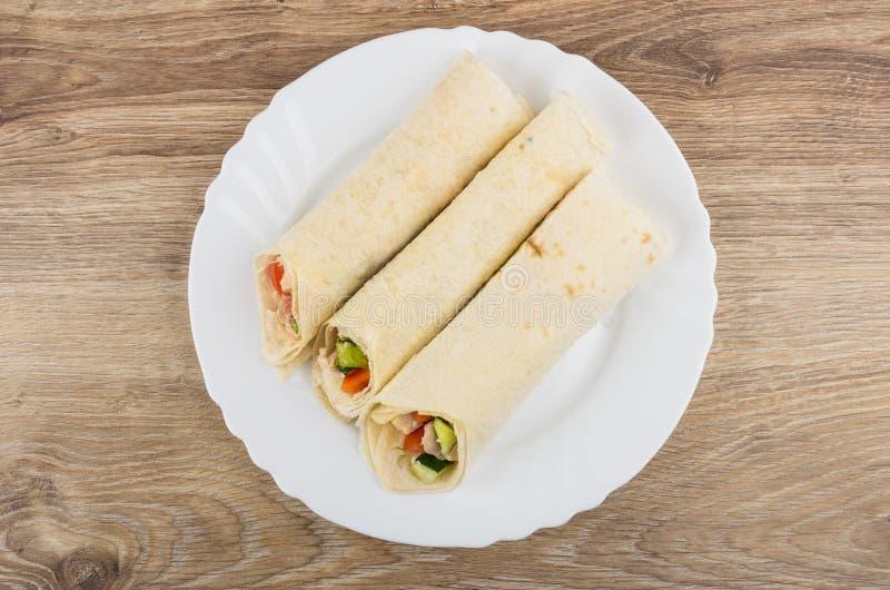 玉米粉薄烙饼用鸡肉和菜在盘在桌上 库存图片