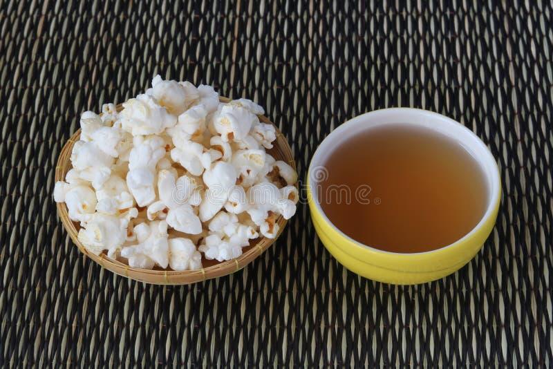 玉米花和茶 库存图片