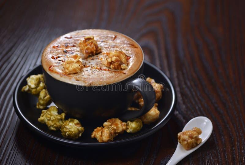 玉米花奶油子弹拿铁咖啡 免版税图库摄影
