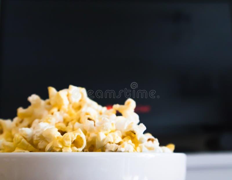 玉米花碗和聪明的电视 免版税库存图片