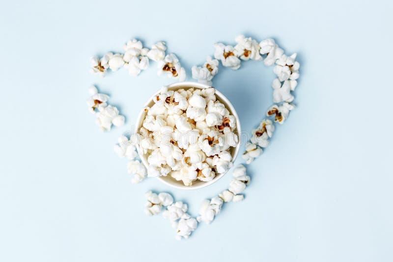 玉米花计划了以心脏特写镜头,顶视图的形式 免版税库存图片