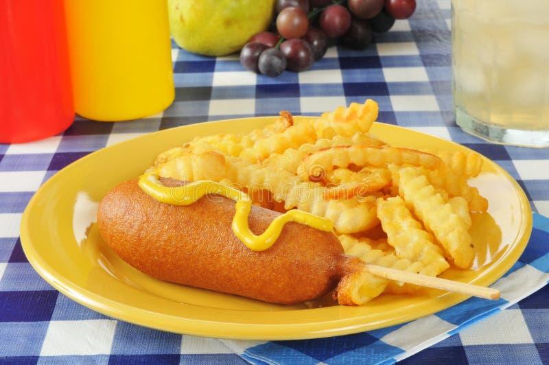 玉米面热狗和油炸物 免版税图库摄影