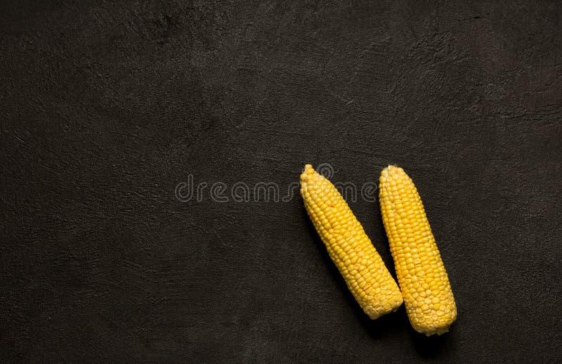 玉米黑石头背景健康素食食物 库存照片