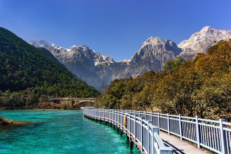 玉龙雪山、登上裕隆或裕隆在丽江,云南,中国的雪山 免版税库存图片