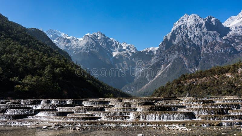 玉龙雪山、登上裕隆或裕隆在丽江,云南,中国的雪山 库存照片