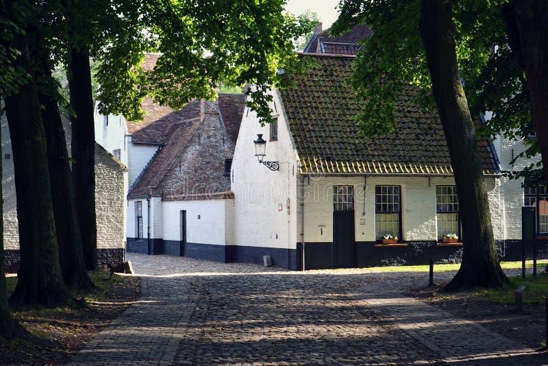 王侯的Beguinage十Wijngaerde复合体的议院在布鲁日,比利时 免版税图库摄影