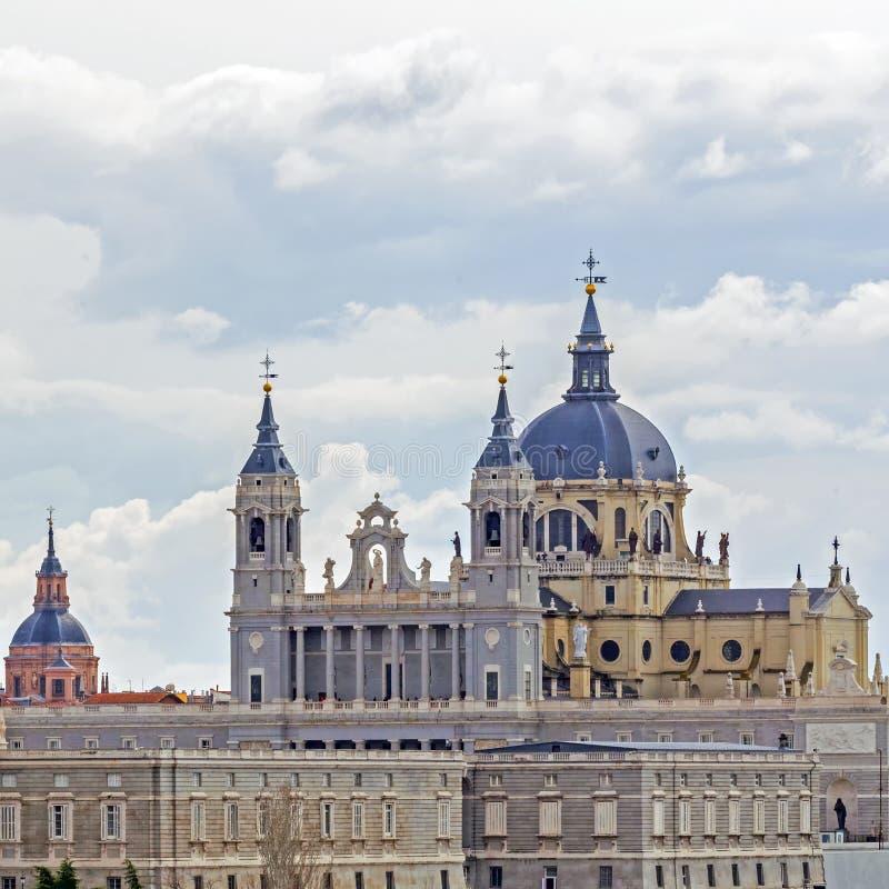 王宫和马德里,西班牙大教堂的特写镜头  免版税库存照片