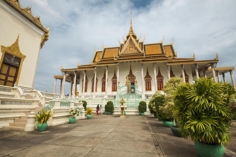 王宫在金边,柬埔寨,亚洲 银色塔和Mondap图书馆 库存照片