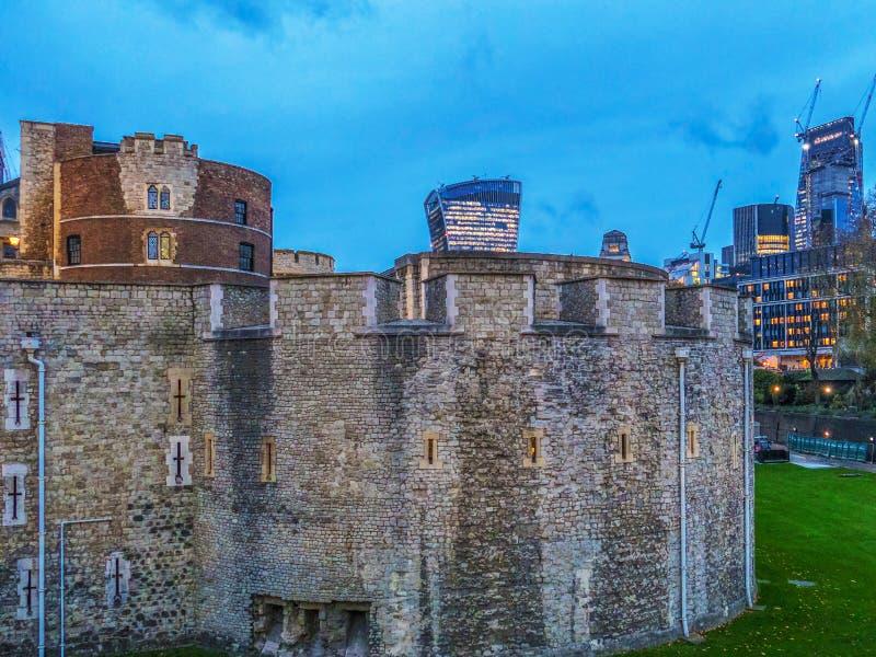 王宫堡垒、伦敦塔和skyscrape的墙壁 库存图片