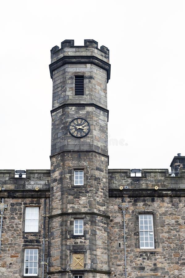 王宫的钟楼位于在爱丁堡城堡,苏格兰,英国里面的冠正方形 免版税库存照片