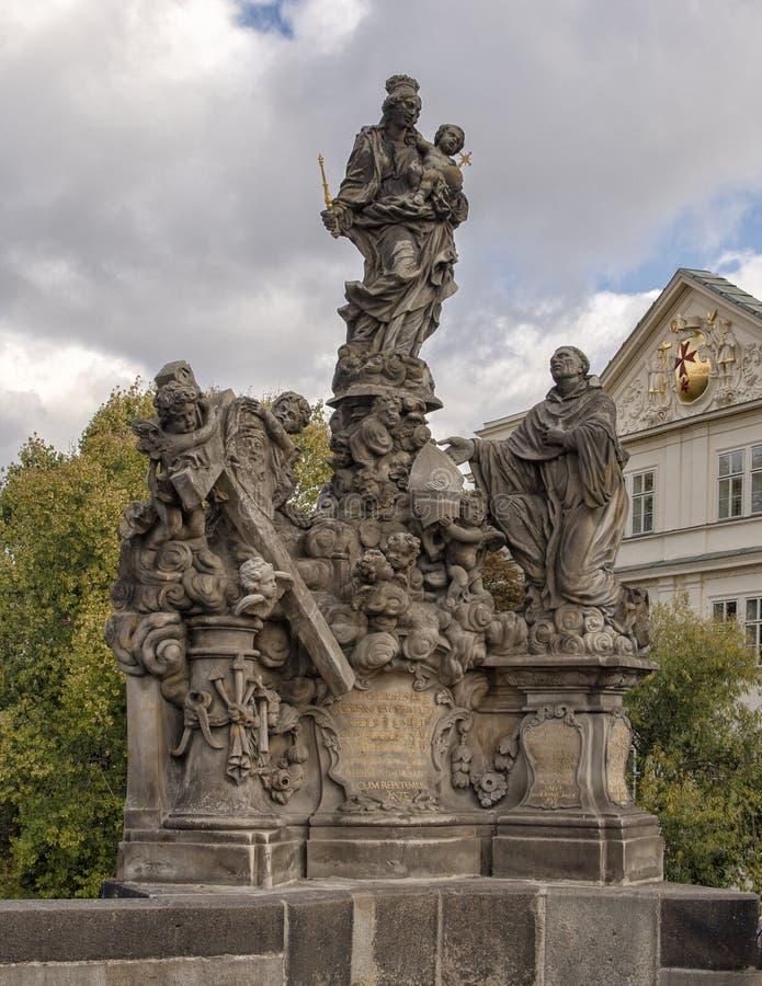 玛丹娜和圣伯纳德,查理大桥,布拉格,捷克 图库摄影