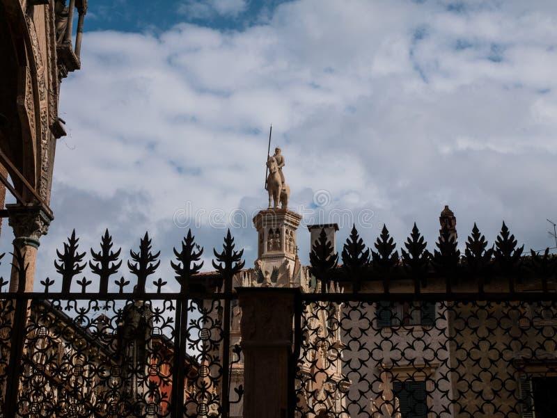 玛丹娜的喷泉广场delle erbe的在维罗纳,爱和浪漫史理想城市夫妇的 库存图片