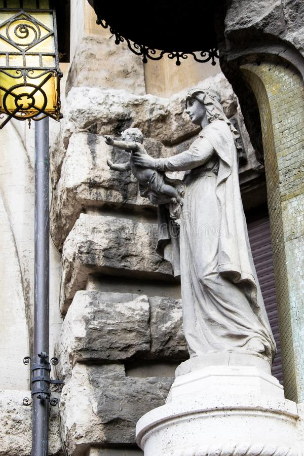 玛丹娜的雕象有孩子的在她的被伸出的胳膊扣押的耶稣 免版税库存图片