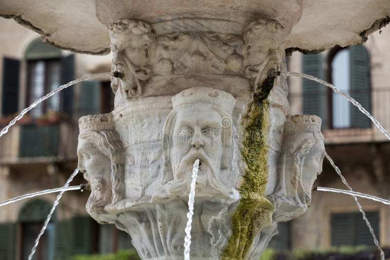 玛丹娜维罗纳喷泉的细节广场delle的Erbe 维罗纳 免版税库存图片