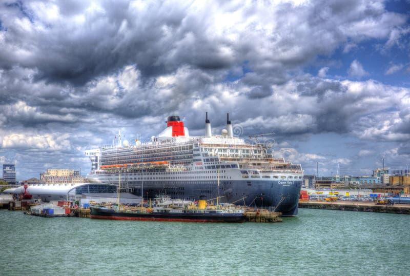 玛丽皇后2行驶远洋的横渡大西洋的划线员和游轮在南安普敦靠码头英国英国 免版税图库摄影