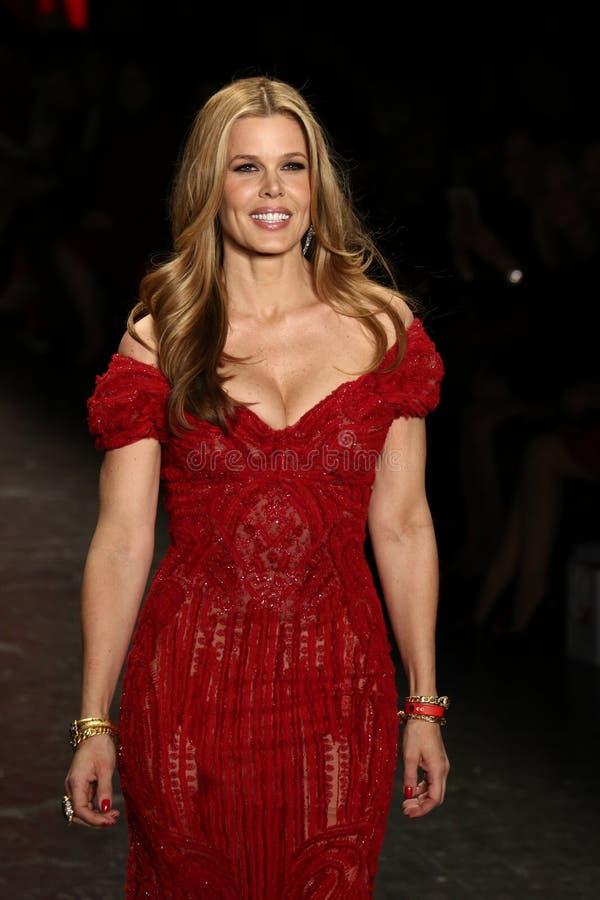 玛丽阿丽斯斯蒂芬森步行美国心脏学会的跑道去妇女红色礼服收藏的红色2016年 免版税库存照片