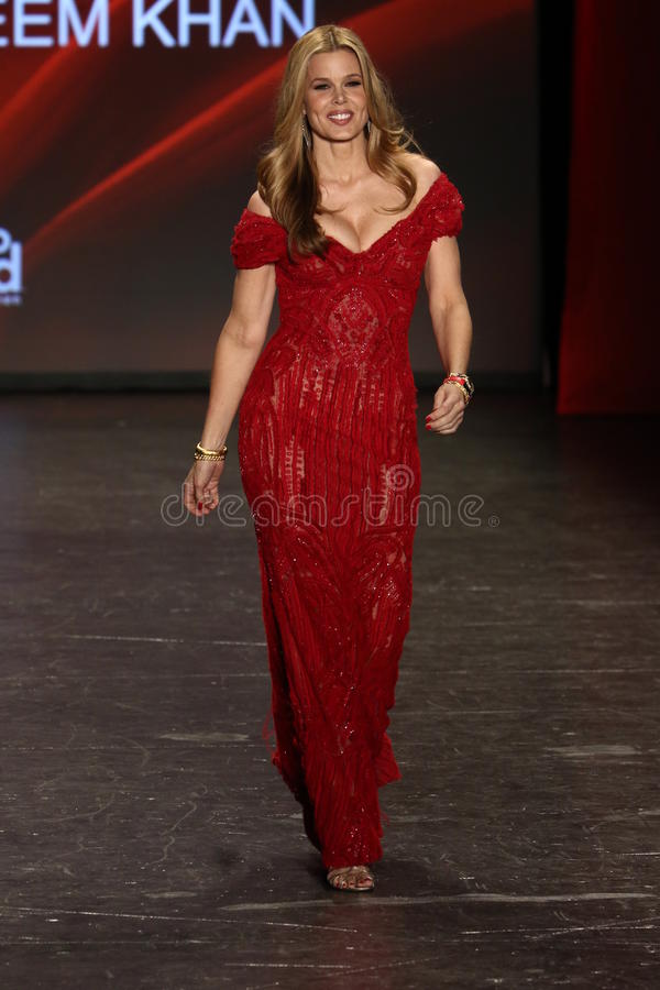 玛丽阿丽斯斯蒂芬森步行美国心脏学会的跑道去妇女红色礼服收藏的红色2016年 图库摄影