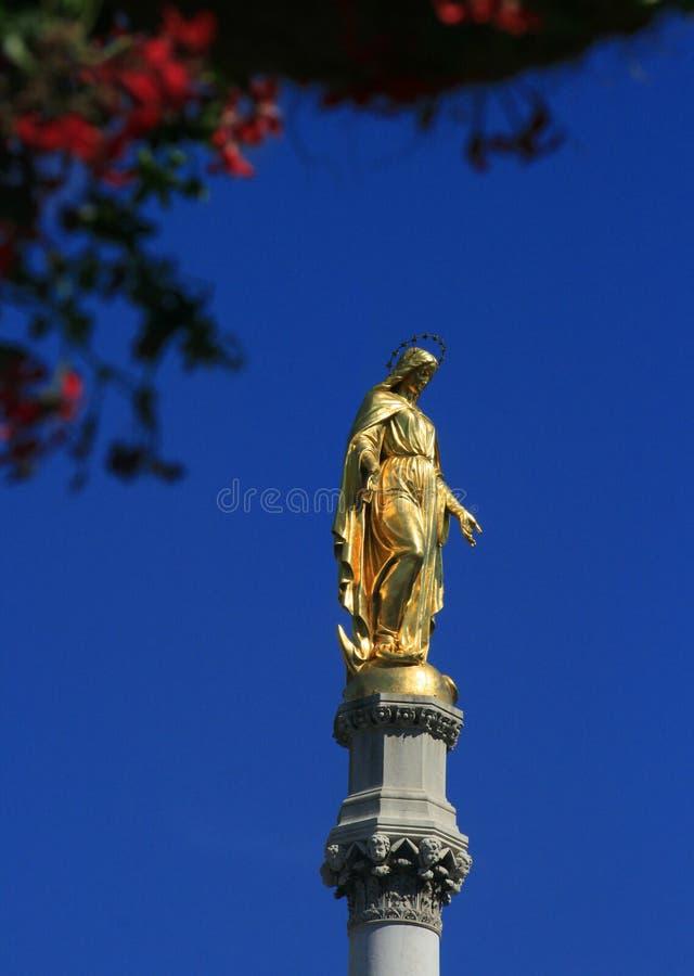 玛丽,萨格勒布,克罗地亚金黄雕象  免版税库存照片