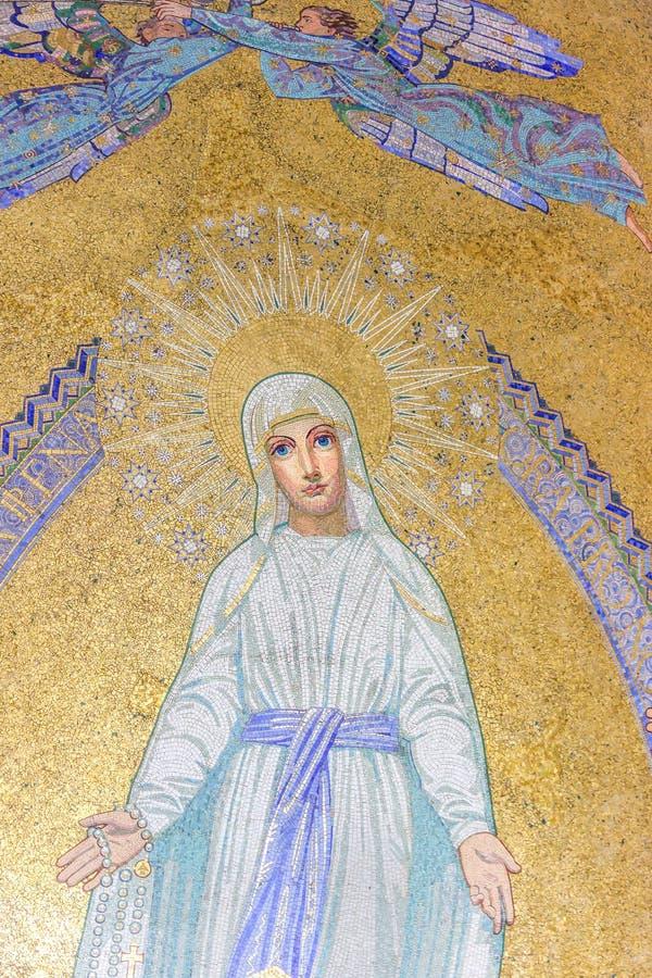 玛丽贞女 在念珠大教堂前面的马赛克 卢尔德,法国 免版税库存图片