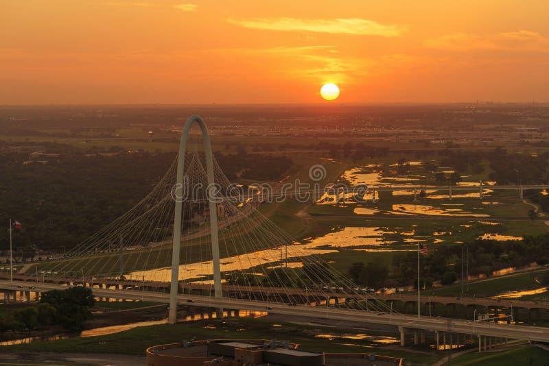 玛格丽特狩猎在日落,达拉斯城,得克萨斯的小山桥梁 免版税库存照片