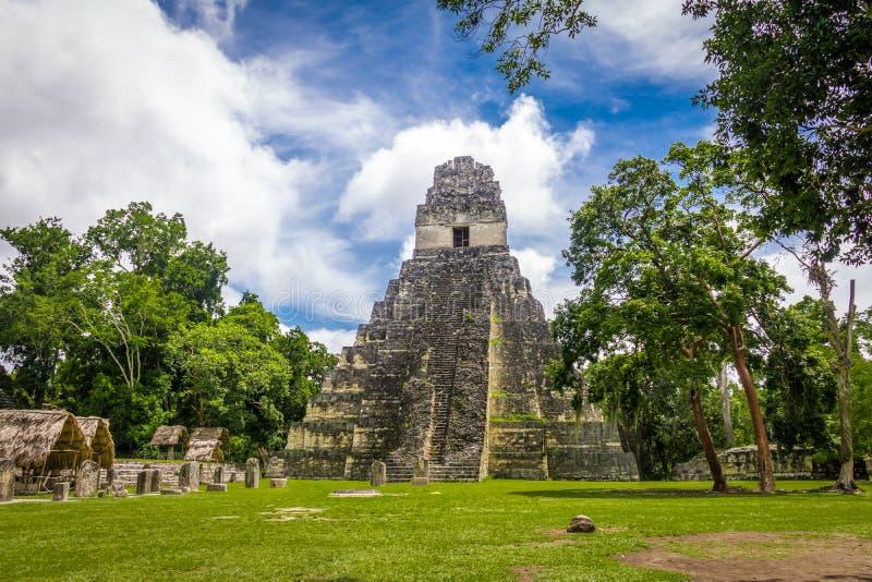 玛雅寺庙我在蒂卡尔国家公园-危地马拉的Gran捷豹汽车 库存照片