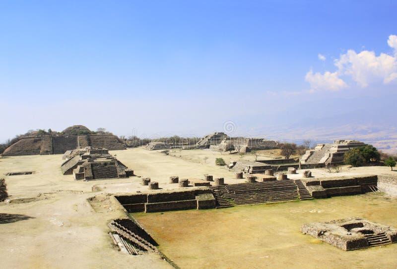 玛雅金字塔在Monte奥尔本,瓦哈卡,墨西哥 免版税库存照片
