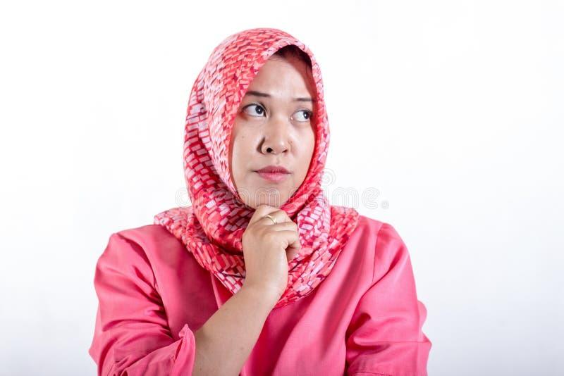 玩事不恭的亚裔回教妇女画象有可疑表示的 库存照片