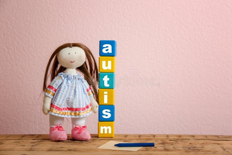 玩偶和立方体与词 免版税库存照片