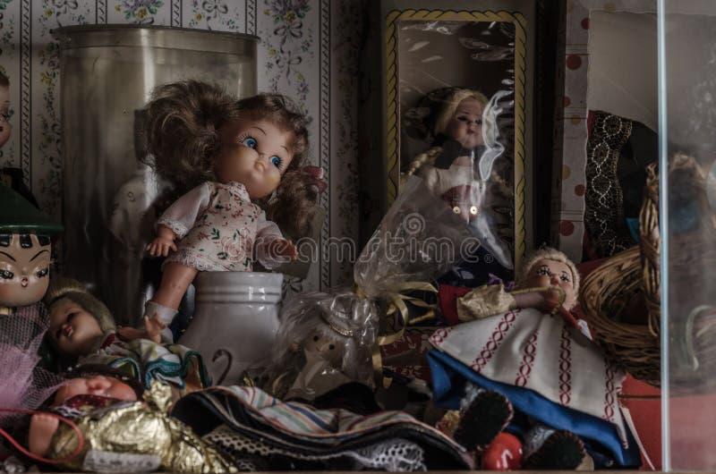 玩偶和vitrine在被放弃的房子里 库存图片